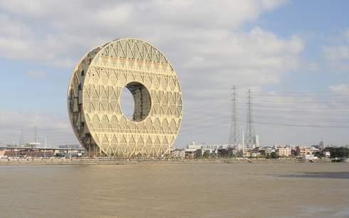 """В китайском Гуанчжоу построили офисную высотку в форме 138-метрового """"пончика"""""""