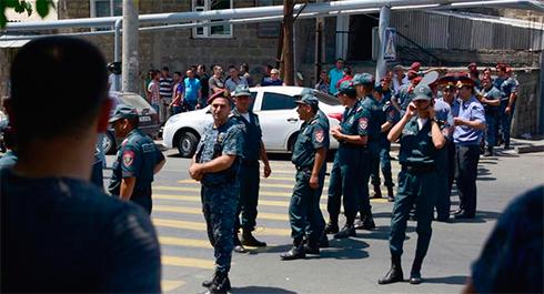 СНБ: Захватившие отделение полиции вЕреване отказываются сдаться