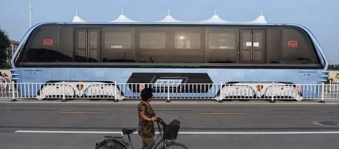 В Китае прошли испытания гигантского автобуса Transit Elevated Bus, который не мешает движению легковых автомобилей, проезжающих под его днищем