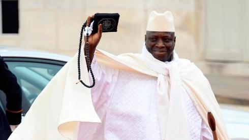 Прошлый президент Гамбии покинул столицу страны после отказа отвласти