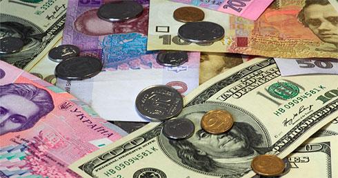 Украинцы всередине лета продали валюты на327 млн долларов больше, чем приобрели