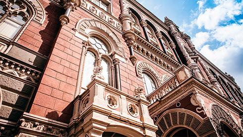 Украинцы продолжают торговать валюты больше, чем покупают