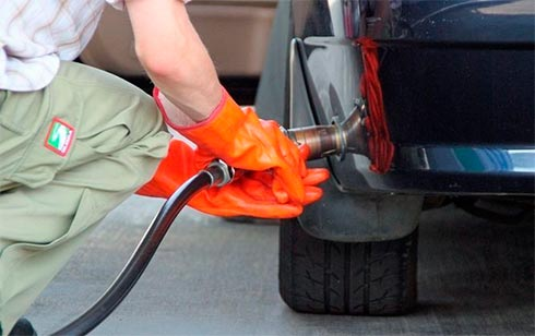Крупные сети АЗС подняли цены набензин идизтопливо