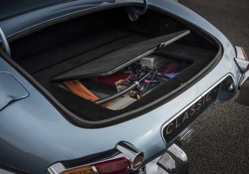 Компания Jaguar Land Rover представила автономный концепт-кар Future-Type и электрическую версию легендарного E-Type