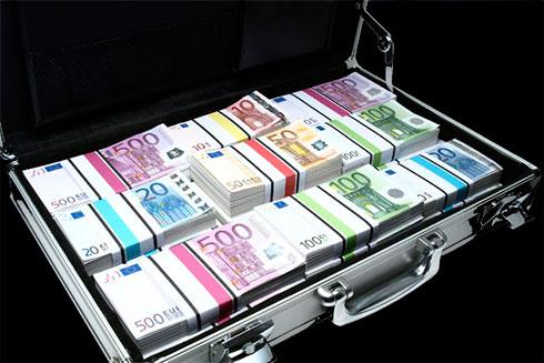 Украинцам разрешили свободно ввозить встрану неменее 10 000 евро