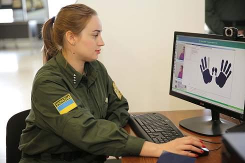 Пограничники показали, как будут считывать биометрику