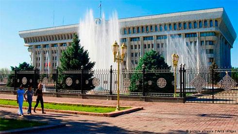 Новое руководство Киргизии принесло присягу перед парламентом ипрезидентом