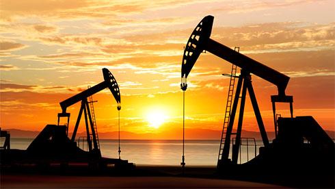 Цены нанефть понижаются, однако Brent остается выше $77 забаррель