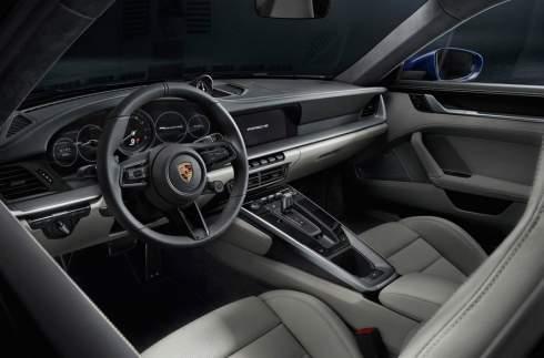 Спорткар Porsche 911 восьмого поколения распознаёт мокрую дорогу
