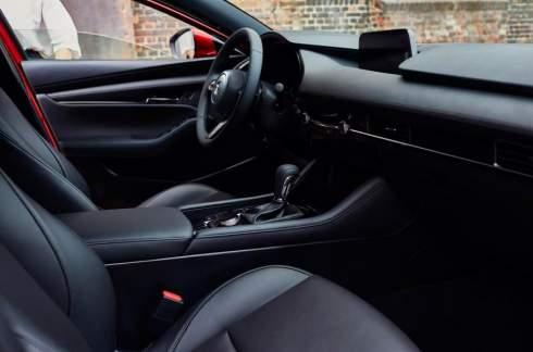 Новой Mazda3 добавили мотор с воспламенением от сжатия и полный привод
