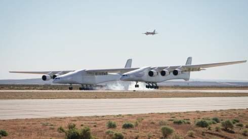 Крупнейший в мире самолет впервые поднялся в воздух