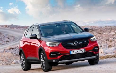 У Opel появился кроссовер с подзарядкой от розетки