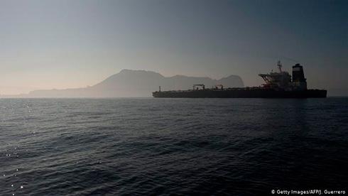 Нефтяной танкер Ирана изменил курс: названа причина