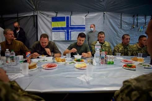Зеленский выложил фото обеда с военными, где военным не выдали тарелок. ФОТОФАКТ