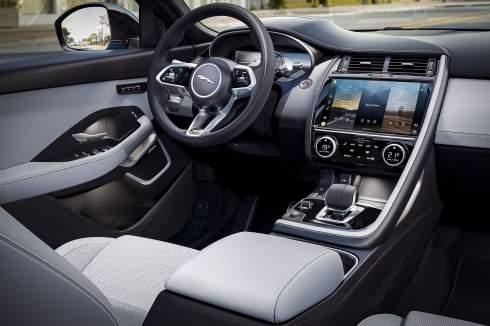Jaguar E-Pace пережил обновление и стал мощнее