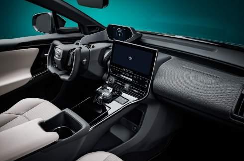 Toyota представила электрический полноприводный кроссовер